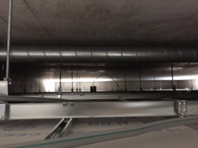 天井裏です。配線 ダクトの位置を確認します