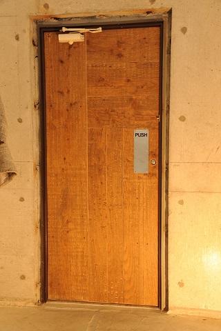 玄関ドアも古材で製作いたしました。