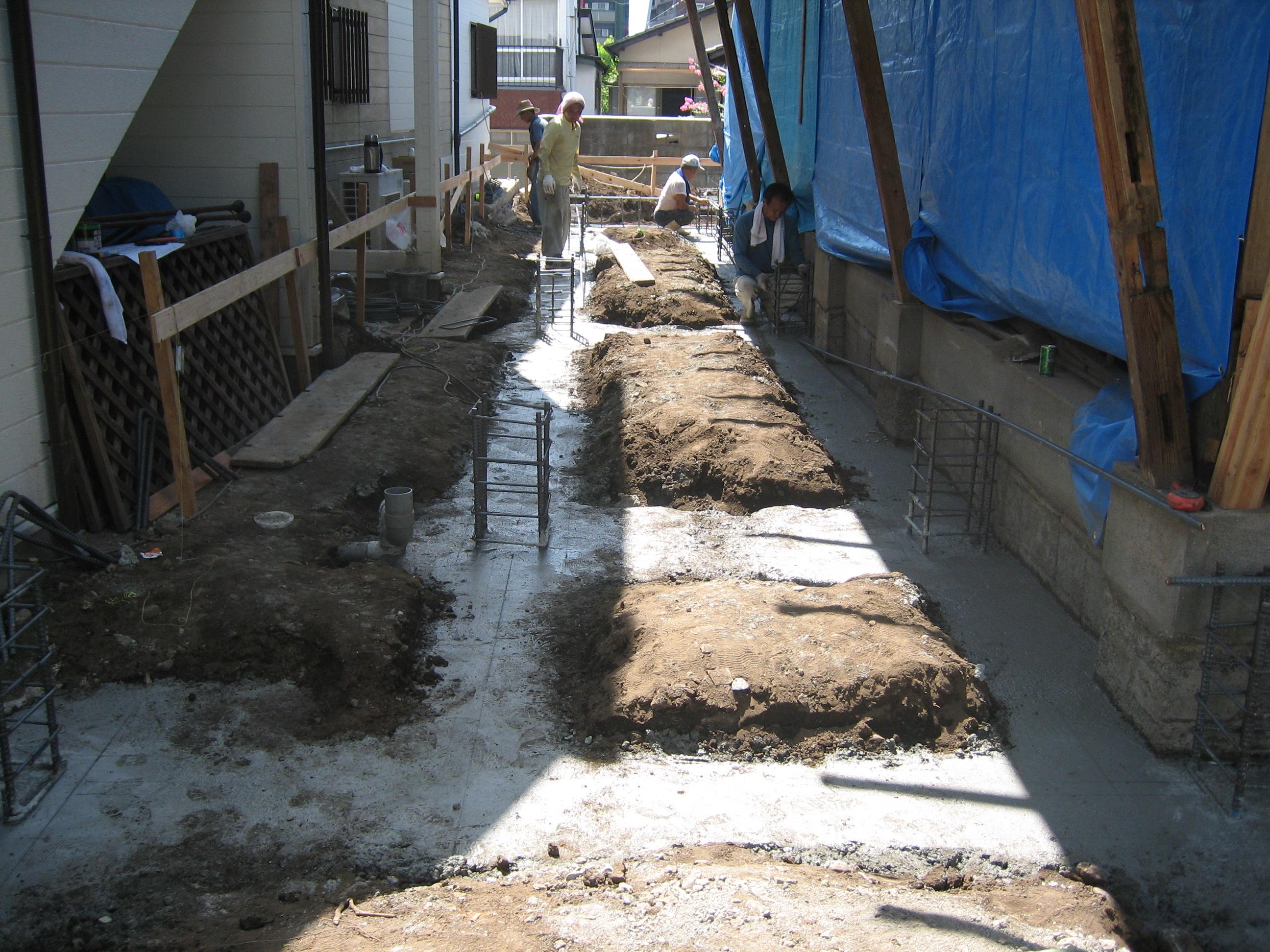 基礎工事下に見えるコンクリが 地中梁です。近くで見ると迫力 あります。