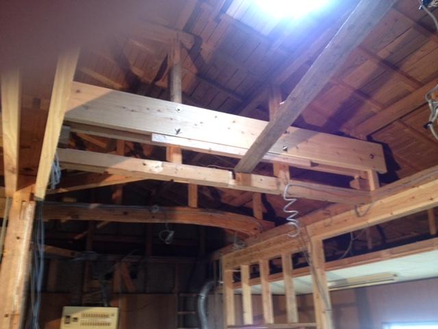 屋根揺れを防ぐ梁。 この様に耐震補強をしていきます