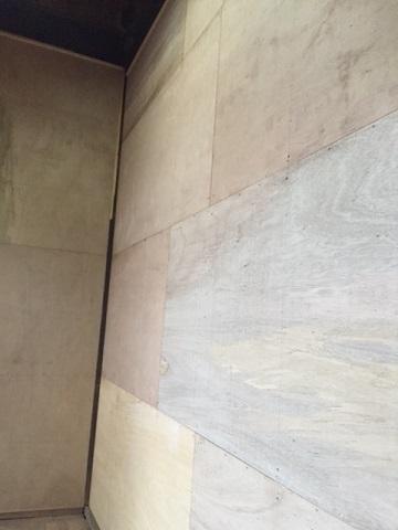 内壁は分厚い合板を貼ります。 T1で水にも強いです。裏には断熱材も入れて耐熱性を確保